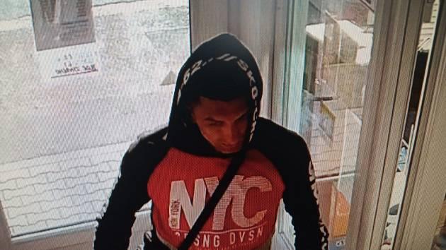 Poznáváte muže na snímku? Mohl by policii objasnit krádež peněženky.