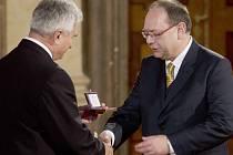 VOJTĚCH STŘÍTESKÝ (vpravo), současný dramaturg druhého z největších hudebních festivalů v České republice, převzal stříbrnou medaili za třicet let práce pro Smetanovu Litomyšl.
