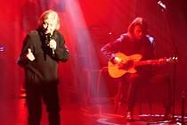 Václav Neckář vystoupil společně s bratrem a jeho kapelou Bacily v poličském Tylově domu. Tentokrát volili komorní aranže při turné Mezi svými.