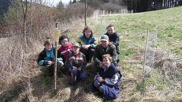 Parta dobrovolníků vysázela o víkendu v Bělé nad Svitavou nové stromky.