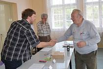 Komisaři se sešli i v nejmenší obci východních Čech, v Želivsku na Svitavsku. Než přišla první volička, tak si povídali.