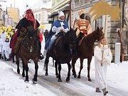 DVĚ STOVKY účinkujících a také zvířata měl živý betlém, který se uskutečnil v sobotu na náměstí v Poličce.