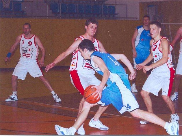 Na vynikající obraně postavili svitavští basketbalisté (v bílém) víkendové úspěchy. Ve dvou utkáních proti předním týmům ligy dostali jen 118 bodů a to je pak cesta k výhrám hned snazší.