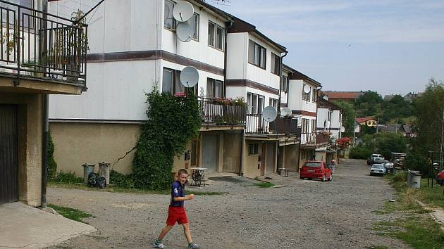 Obce se rozdělily na dva tábory. Některé se výstavbám bytovek nebrání, jiné je zavrhují.