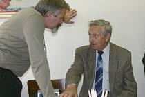 Václav Žáček (vlevo) vítal v kanceláři lidové strany ve Svitavách  starosty okolních obcí. Přišel také Josef Klemša (vpravo), který se stará o gratulace jubilantům.