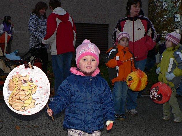 LAMPIÓNY.  Kdo šel v úterý  večer okolo mateřské školy Větrná ve Svitavách, jistě se nestačil divit. Radostné hemžení malých i větších dětí, do kroku hrající dechovka z umělecké školy, zářící lampiony a úsměvy rodičů. Ne, nejednalo se o slet světlušek.