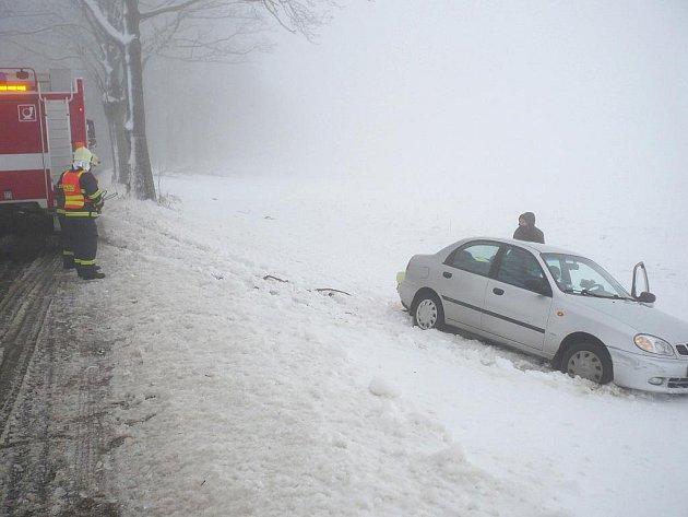 Automobil skončil v příkopu.