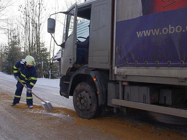 Nákladní auto s návěsem zablokovalo silnici v Pomezí.