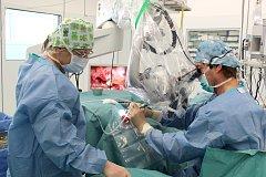 Operace uší v přímém přenosu ve svitavské nemocnici.