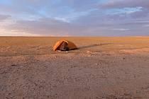 NOCOVÁNÍ na poušti Gobi v Mongolsku.