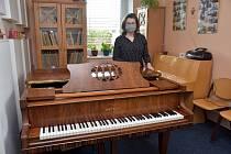 NOVÉ PIANO Petrof je už na svém místě v koncertním sále Základní umělecké školy Bohuslava Martinů v Poličce.