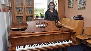 Piana do škol: Zuška v Poličce má nové piano Petrof