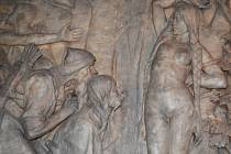 BÁJI  O DÍVČÍ VÁLCE znají všichni z dějepisu. V Centru Bohuslava Martinů v Poličce se na ni mohou návštěvníci také podívat. Sochař Vojtěch Eduard Šaff jí dal jedinečnou podobu. Šestnáct metrů dlouhé dílo dekoruje chodbu.