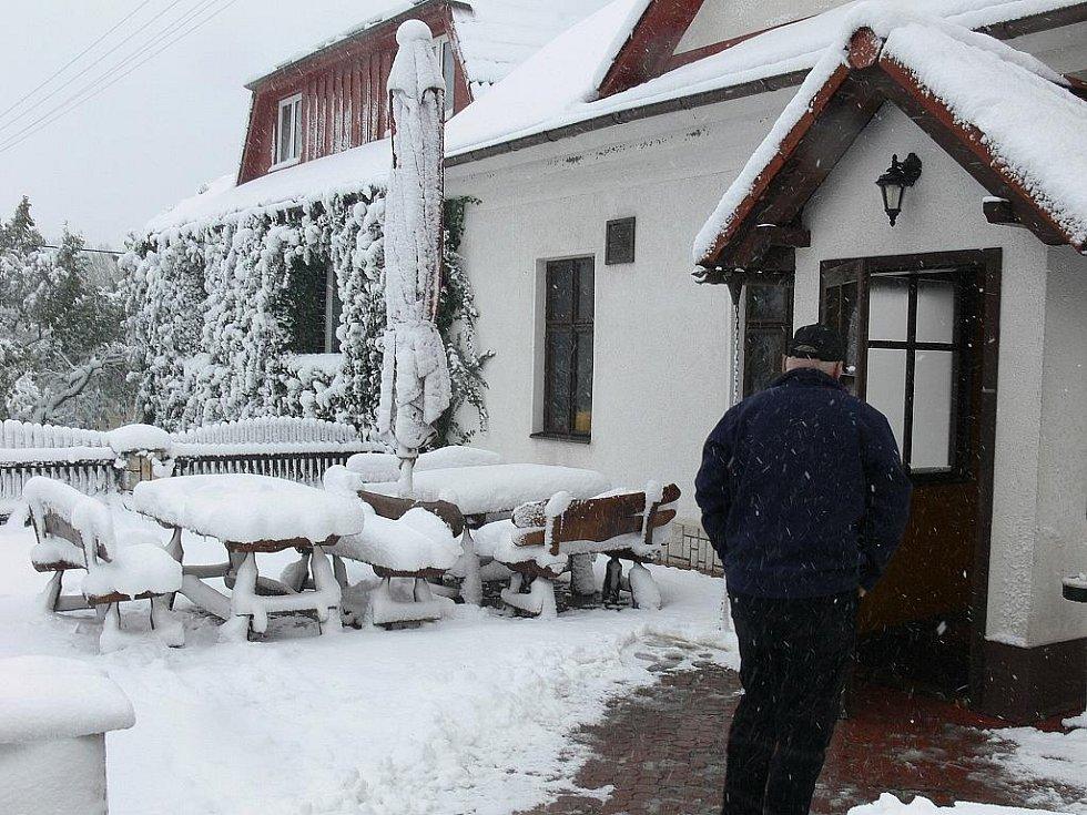 Letní předzahrádka restaurace na Hřebči.