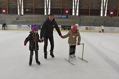 PREMIÉRA NA LEDĚ. Soňa Neugebauerová vzala studenty z Turecka a Pákistánu na led. Mrzli, ale zkoušeli bruslit. Usama (horní snímek) chce jednou zkusit hrát hokej.