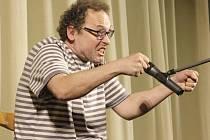 Josef Polášek při svém stand-upovém vystoupení.