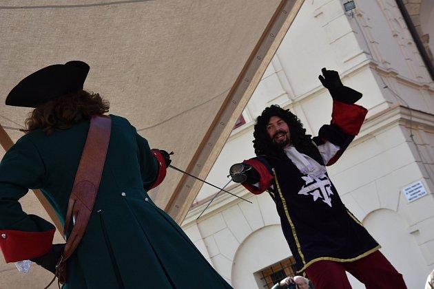 NOVÁ SEZONA na zámku v Moravské Třebové začala v sobotu vystoupením šermířů a kejklířů. Nádvořím zněla taky středověká hudba.