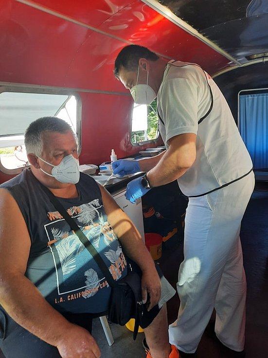 Očkovací autobus v Dlouhé Loučce