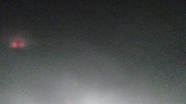 To není rozmazaná ani rozostřená fotografie, ale reálný snímek bílé tmy na silnici mezi Svitavami a Poličkou.