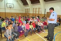 Děti v třebařovské základní škole besedují s osobnostmi. Vrchní inspektor z moravskotřebovské policejní stanice Martin Tylšar je nechal nahlédnout i do policejního auta.