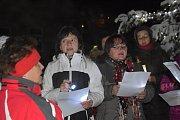 Chrámový sbor, děti i dospělí zazpívali ve středu večer koledy na zahradě u základní školy.