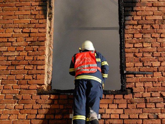 Ve středu po dvaadvacáté hodině vyjíždělo devět hasičských jednotek k požáru hospodářské části zemědělské usedlosti.