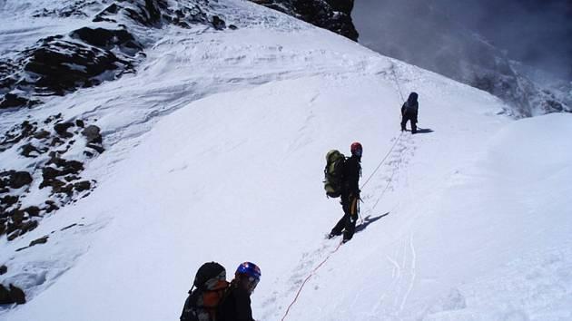 Výstup přes sněhové plato do třetího výškového tábora C3 v nadmořské výšce 7100 metrů.