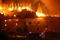 Plameny zachvátily rozsáhlý objekt někdejšího panského dvora v Baníně.