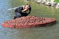 Sedmnáctý ročník sjezdu atraktivních plavidel po řece Třebůvce.