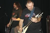 METALOVÝ NÁŘEZ. Čtyři kapely a několik hraní pořádně tvrdé muziky. Taková byla sobotní noc v poličském Divadelním klubu, kde vystoupila i legendární skupina The Locomotive, která pravidelně hrává i na vyhlášeném metalovém festivalu v Trutnově.