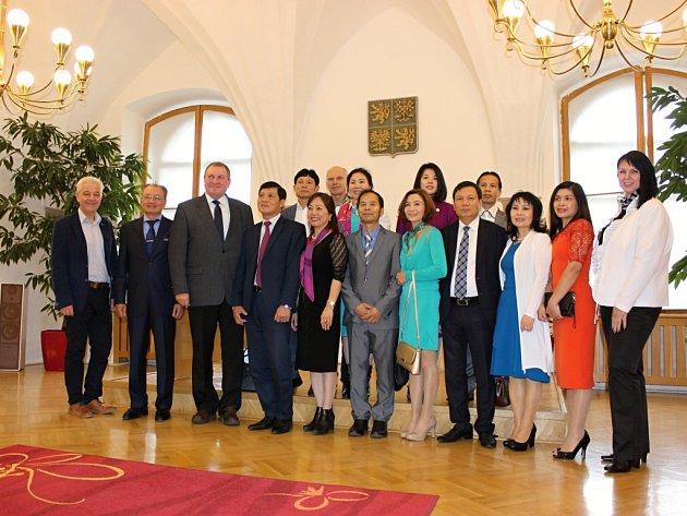 Moravskou Třebovou navštívil v rámci podpory podnikatelských aktivit mimořádný a zplnomocněný velvyslanec Vietnamské socialistické republiky Jeho Eminence Truong Manh Son