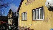 NIČIVÝ POŽÁR domu v Němčicích vznikl od žhavého popela v plastové popelnici.