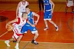 Svitavští basketbalisté (v bílých dresech) marně hledali účinný recept na hru kvalitního olomouckého soupeře.