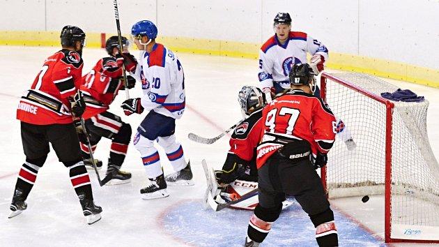 Litomyšlští hokejisté (v bílém) chtějí odehrát lepší základní část než před rokem a v přípravě pro to dělají maximum.