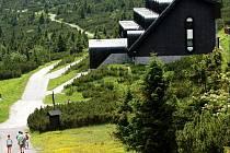 Idyla bez kanalizace. Do konce roku by si horské budovy v Krkonoších (na snímku Výrovka) měly vyřídit potřebná povolení k vypouštění odpadních vod.