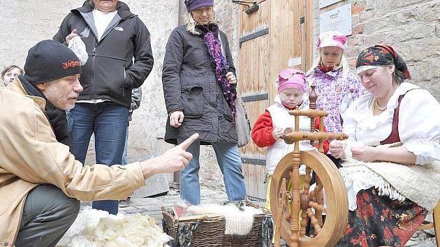 Ukázka řemesel  lákala nejen děti, ale také dospělé návštěvníky zámku, kteří vzpomínali na staré časy u svých  babiček a dědečků.