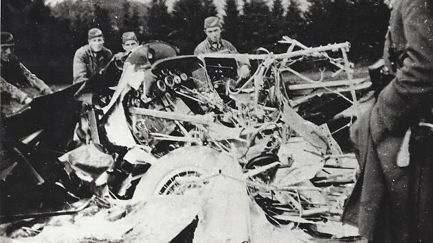 Odklízení vraku stroje, se kterým v dnech následujících po havárii pomáhali vojáci z Prostějova.