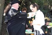 RYTÍŘ TOULOVEC předával účastníkům pochodu, kteří úspěšně jednotlivé trasy absolvovali,  medaile a diplomy. Letos se Budislavskými skalami vydalo víc jak šest set nadšenců.