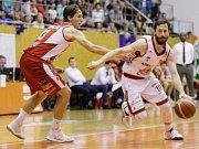 2. semifinále Kooperativy NBL mezi BK JIP Pardubice (v bíločerveném) a BK Opava (ve modrožlutém) v pardubické hale na Dašické.