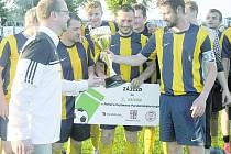 Hejtman Martin Netolický předal cennou pohárovou trofej kapitánovi svitavských fotbalistů Michalu Čížkovi.