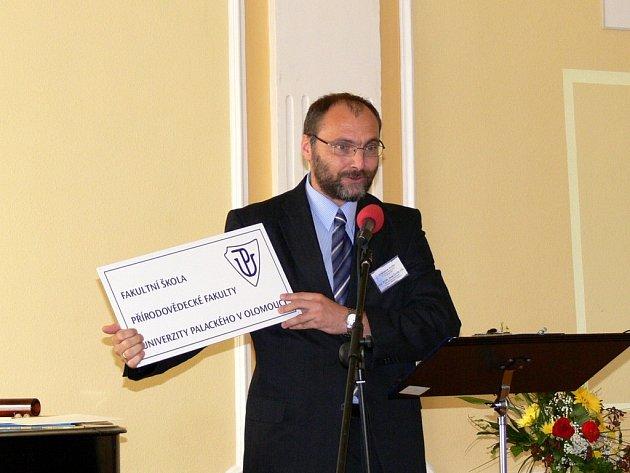 Juraj Ševčík, děkan přírodovědecké fakulty Univerzity Palackého v Olomouci přivezl řediteli gymnázia Dagu Hrubému originální dar, ceduli s čestným titulem.