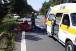 Mladého řidiče po střetu dvou vozidel transportoval vrtulník do nemocnice.