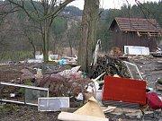 Léto 2007: Osobní automobil vyvezl neznámý vandal na skládku na okraji Březové. Zapomněl ale odmontovat značky.