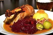 Vykostěná  dozlatova vypečená husa s žemlovou nádivkou, červeným brusinkovo-jablečným zelím, bramborovým knedlíkem glazovanými kaštany, růžičkovou kapustou s anglickou slaninou a husí omáčkou.