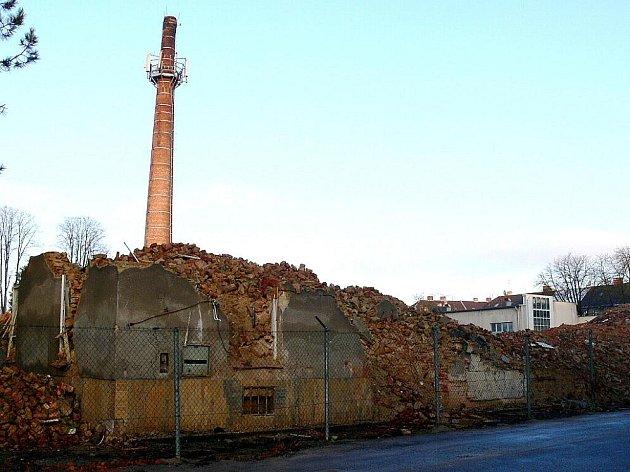Z bývalé továrny, kde se před řadou let skončilo se zpracováním tabáku, zbyl jen komín.