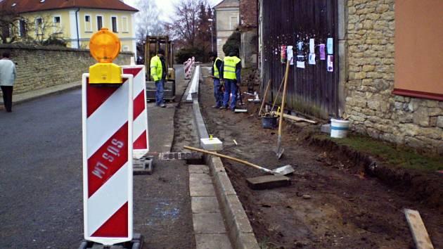 Stavba nového chodníku v Morašicích.