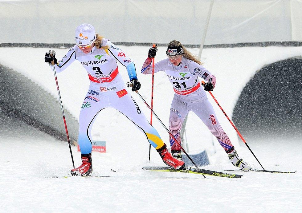 Česká závodnice Kateřina Janatová (v pozadí) se snaží vyvést za Švédkou Elin Mohlinovou.
