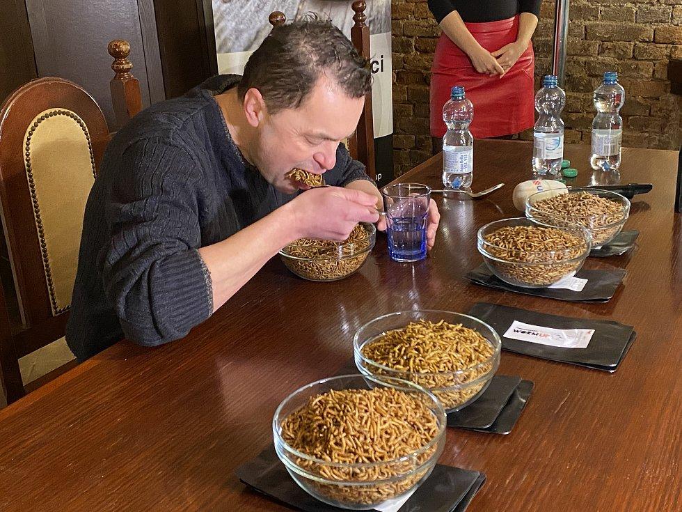 Pojídání sušených červů.