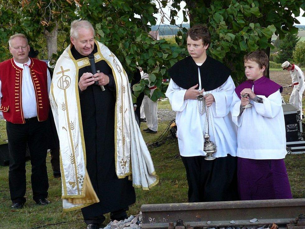František Beneš pokropil litomyšlský vikář svěcenou vodou sebranické koleje.