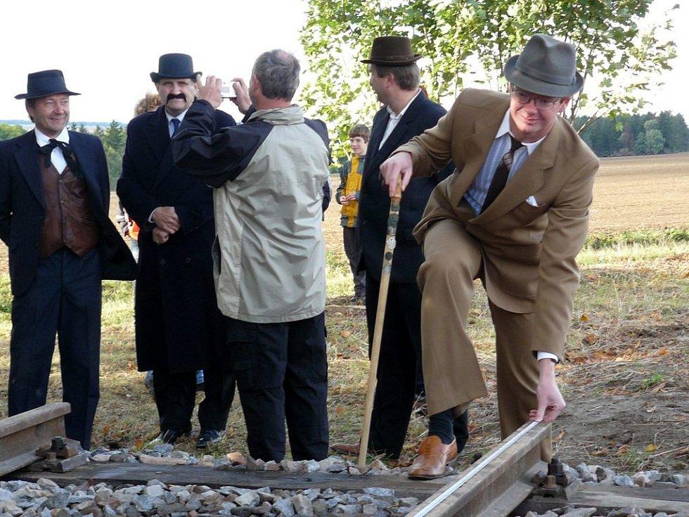Jedním ze zastavení na stezce je nejkratší železnice v České republice, která měří čtyři metry a deset centimetrů.